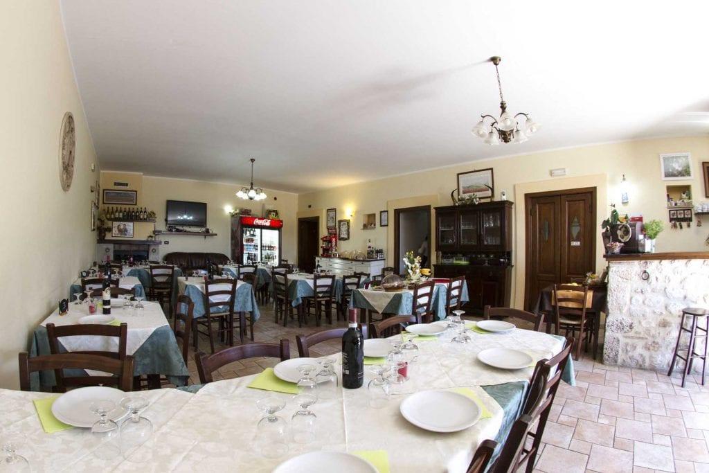 Tavoli interni ristorante di Norcia